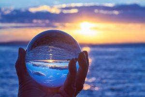 mirando a través de una bola de cristal